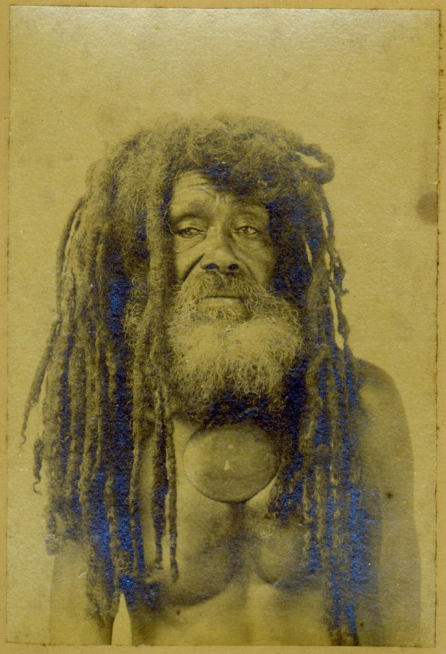 Anonymer Fotograf: Porträt Der Kannibale Tom, ca.-1880, tirage albuminé noir et blanc © Sammlung Cayetana Anthony JP Meyer Paris