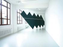"Joung-en Huh: Frau Zigzag. Holz, Tafelfarbe, Acrylfarbe, 1000x400x330 cm ""trendwände 09"" kunstraum düsseldorf, 2009, #1"