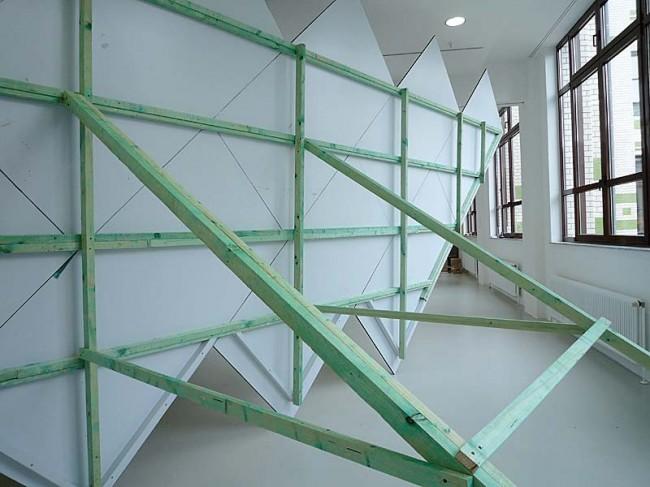 Joung-en Huh: Frau Zigzag. Holz, Tafelfarbe, Acrylfarbe, 1000x400x330 cm