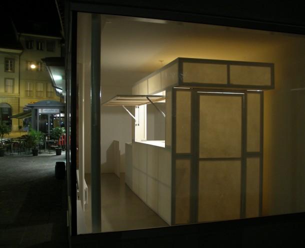 Joung-en Huh: HAUS VON GUNTEN, Projektraum Winfried von Gunten, Thun, Leinwand, Keilrahmen, Glühbirne, 600 x 140 x 230 cm, 2006