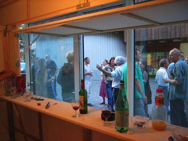 Vernissage HAUS VON GUNTEN, Projektraum Winfried von Gunten, Thun, Leinwand, Keilrahmen, Glühbirne, 600 x 140 x 230 cm, 2006