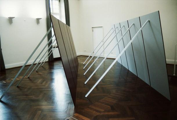 Joung-en Huh: TAFEL, Orangerie Schloss Benrath Düsseldorf, Acrylfarbe auf Holz, 515 x 205 x 400 cm, 2003