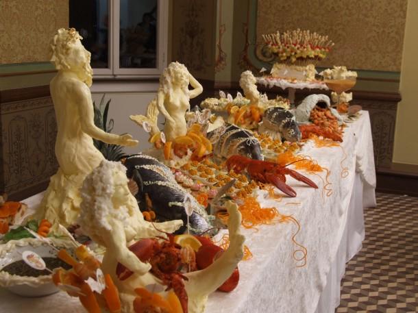 Sonja Alhäuser: Emsrausch, 2006 (Butterskulpturen, Meeresfrüchte, diverse Lebensmittel, Überwachungskamera, Miniaturaquarelle. Foto: Carsten Gliese, Köln)