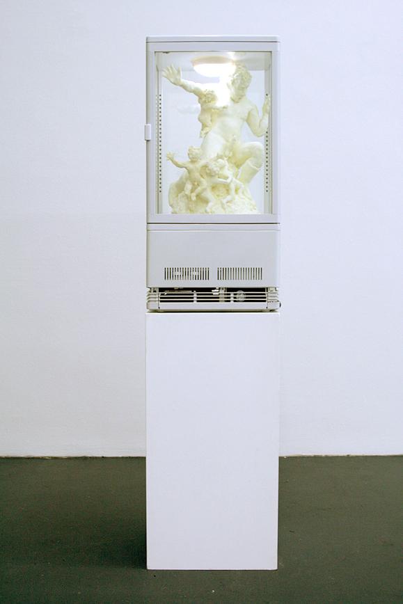 Sonja Alhäuser: Das kleine Willkommen. Ziehmargarine, Butter, Kokosfett, beleuchtete Kühlvitrine, 38 x 37 x 88 cm (Sockel 38 x 34 x 86 cm) Gesamthöhe 174 cm, 2009