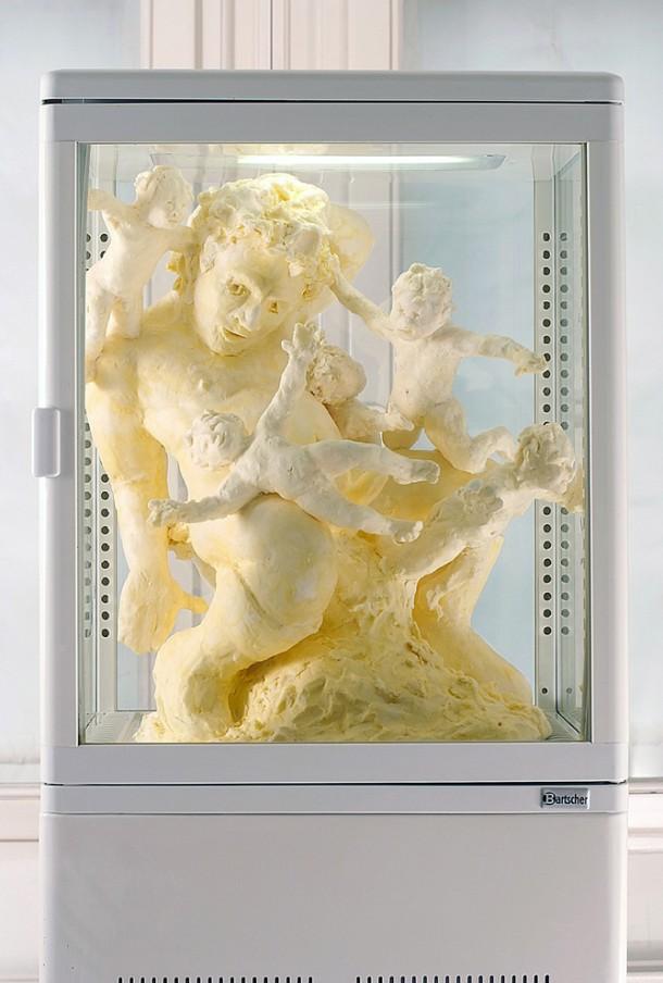 Sonja Alhäuser: Lehnendes Hallo II. Ziehmargarine, beleuchtete Kühlvitrine, 37 x 42 x 80 cm, 2010. Foto: Fabian Georgi