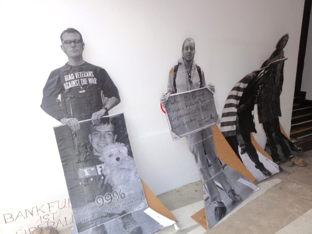 Occupy der 7. Berlin Biennale: Demonstrationsbereite Pappkameraden in der Hofdurchfahrt der KunstWerke (99% Kuscheltiere?)