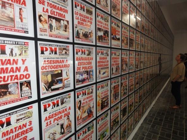 Reflektionen von Titelseiten zum mexikanischen Drogenkrieg 7 Berlin Biennale
