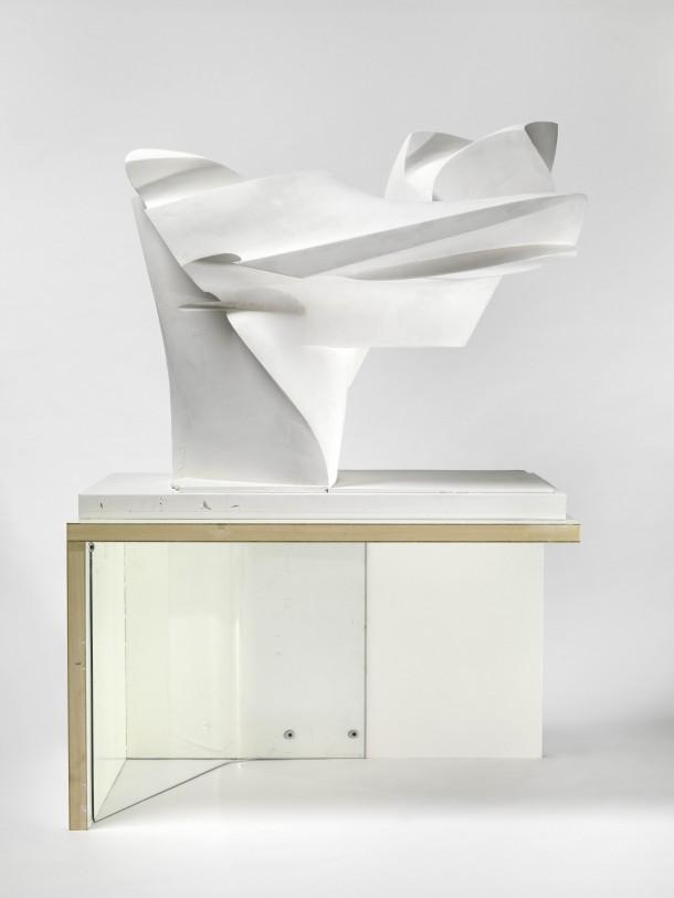 Florian Baudrexel: K-Moment, 2006 63 x 105 x 51 cm (Konsole) 85 x 100 x 60 cm (Skulptur) Konsole: Holz, Glas Skulptur: Styropor, Gips, Foto: Bernd Borchardt, Sammlung Peters-Messer, Viersen