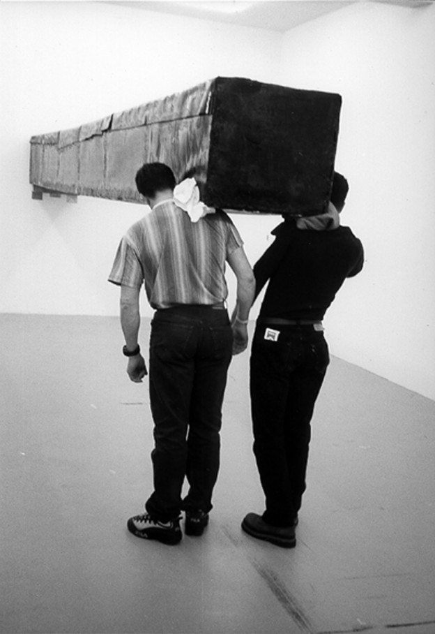 Santiago Sierra, Objekt von 600 x 57 x 52 cm, gebaut, um waagrecht an eine Wand gehalten zu werden Aktion in der Galerie Peter Kilchmann. Zürich, Schweiz. April 2001 Holz, Dachpappe u.a., 600 x 57 x 52 cm © VG Bild-Kunst, Bonn 2013