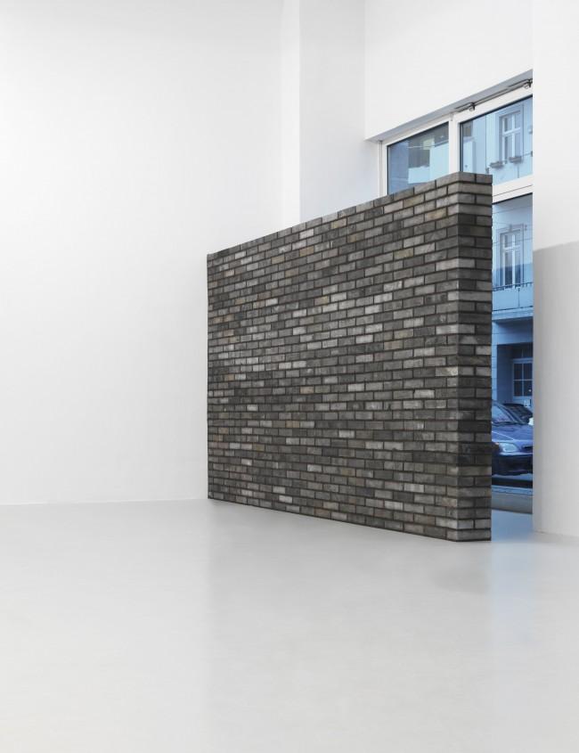 Andreas Slominski, Chinesische Mauer (2013), Ausstellungsansicht Neuer Berliner Kunstverein, 2013 © Neuer Berliner Kunstverein / Jens Ziehe