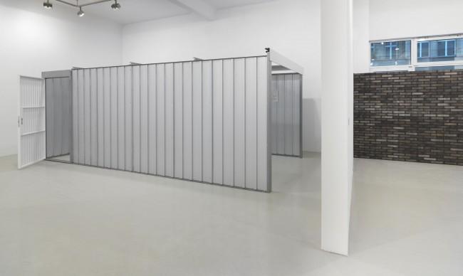 Andreas Slominski, Garage (2013), Chinesische Mauer (2013), Ausstellungsansicht Neuer Berliner Kunstverein, 2013 © Neuer Berliner Kunstverein / Jens Ziehe