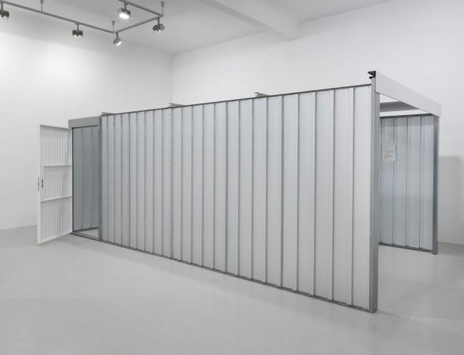 Andreas Slominski, Garage (2013), Ausstellungsansicht Neuer Berliner Kunstverein, 2013 © Neuer Berliner Kunstverein / Jens Ziehe