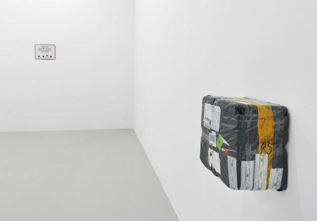 Andreas Slominski, Ausstellungsansicht Neuer Berliner Kunstverein, 2013 © Neuer Berliner Kunstverein / Jens Ziehe