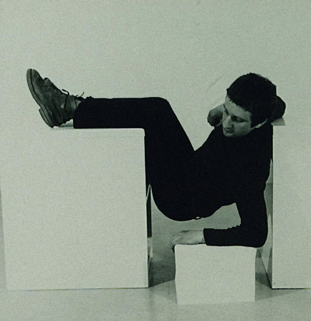 Bruce McLean, Detail aus: Pose Work for Plinths I, 1971, 12 Schwarz-Weiß-Fotografi en, 746 x 688 mm, © Tate, London 2013