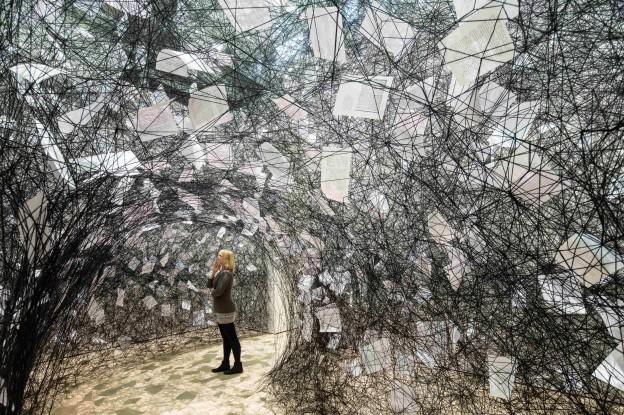 Ausstellungsansicht: Chiharu Shiota, Love Letters, 2013, Installation, Maße variabel, Courtesy ARNDT Berlin, Foto: Marek Kruszewski