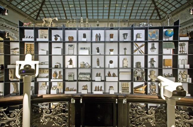 Ausstellung WeltWissen im Martin-Gropius-Bau (24. 9. 2010 - 09. 1. 2011) Regalinstallation im Lichthof (Foto: © Roman März)