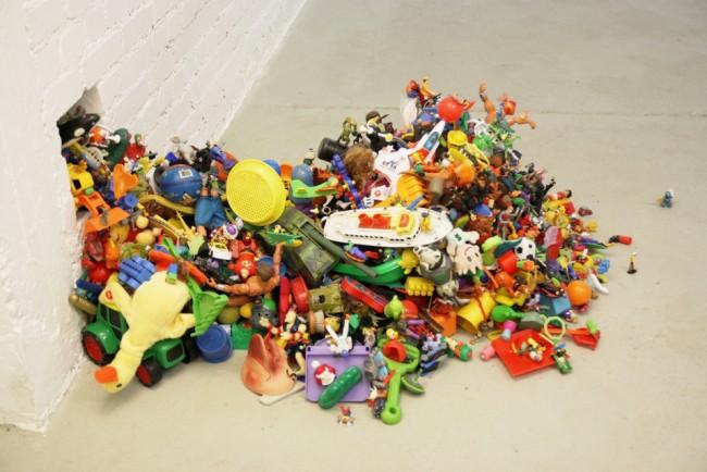 Adrian Eiserlo: Plastikspielzeug, Plastikspielzeug, Heißkleber, 120 x 70 x 50 cm, Installationsansicht #2, 2011