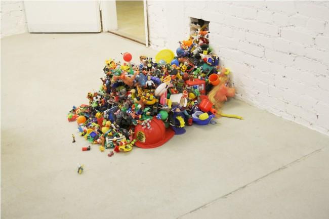 Adrian Eiserlo: Plastikspielzeug, Plastikspielzeug, Heißkleber, 120 x 70 x 50 cm, Installationsansicht #1, 2011