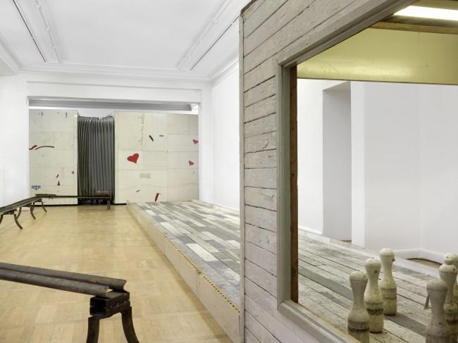 Michael Sailstorfer: Dean und Marylou, 2003 & Mit dem Kopf durch die Wand, 2002, Ausstellungsansicht Haus am Waldsee 2014 Berlin, Foto: Bernd Borchardt