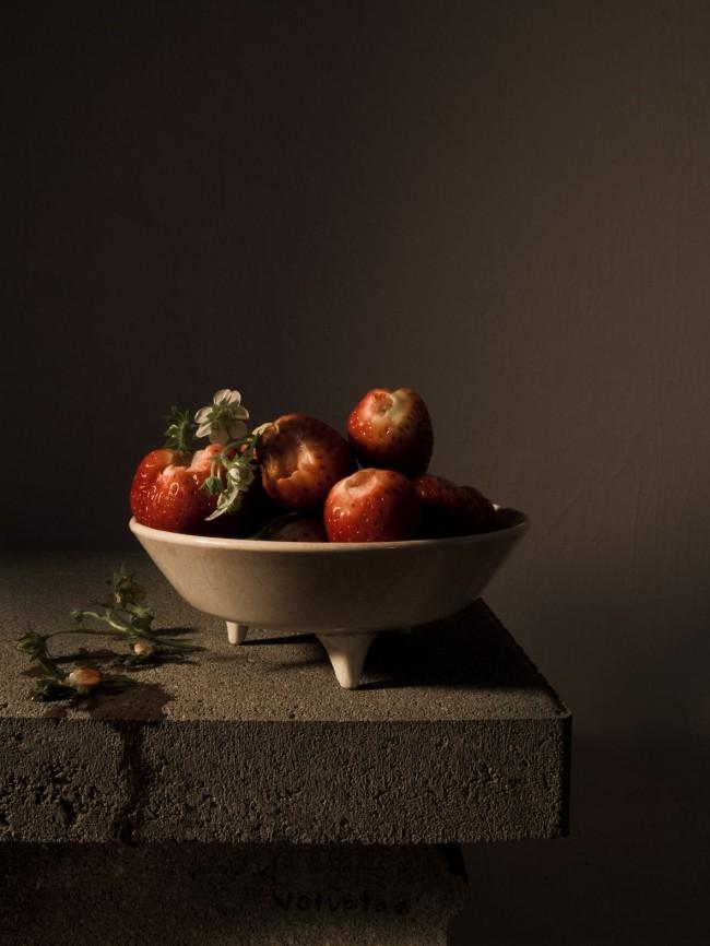 Carina Linge: Stilleben mit Erdbeeren (Voluptas), 2014, C-Print auf Aludibond, 32 x 24 cm