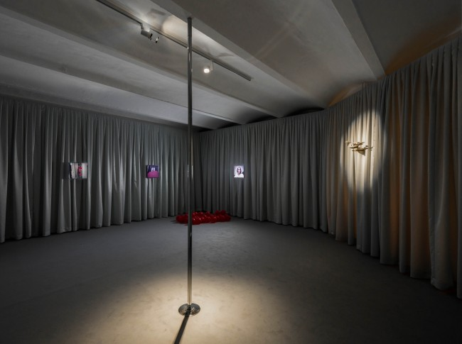 Amalia Ulman: PRIVILEGE, 2016, Installation view, Performance; HD videos, color, sound; animatronic, carpet, drapes, Courtesy Amalia Ulman; Arcadia Missa, London, Photo: Timo Ohler